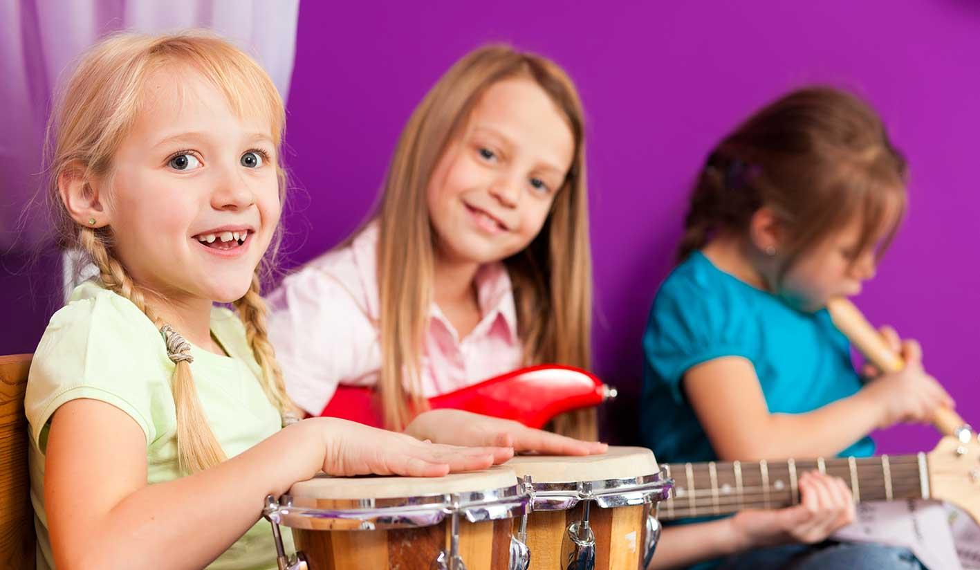 Niños aprendiendo español y música en San Sebastián.